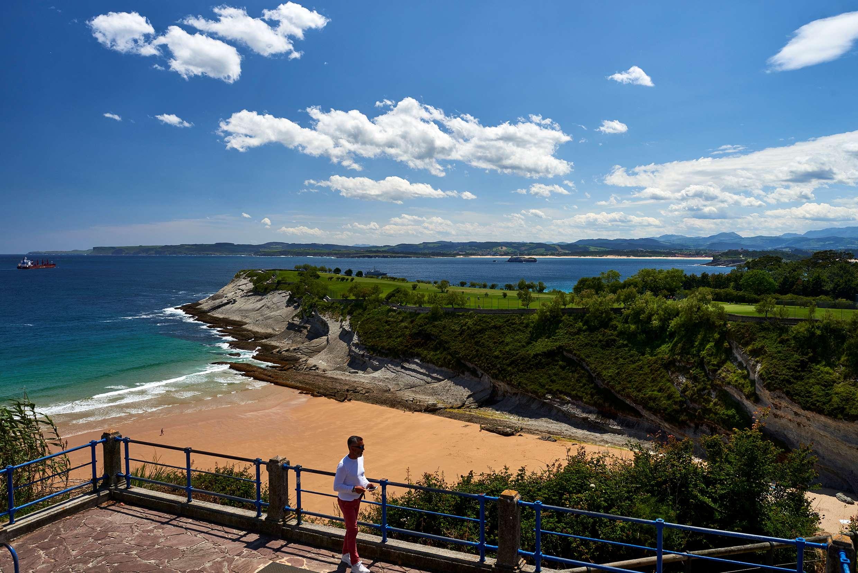 Vista de la Playa de Mataleñas desde el autobús turístico