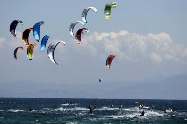grupo de personas practicando windsurf